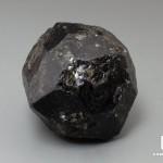 Альмандин (гранат), кристалл 4,7х4,6х4,4 см